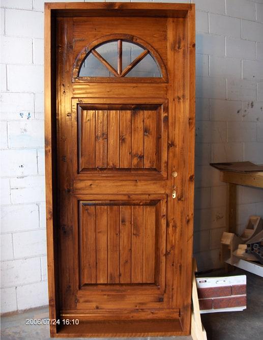 Porte extérieure en pin noueux, sur-mouluration carrée et seuil en chêne blanc