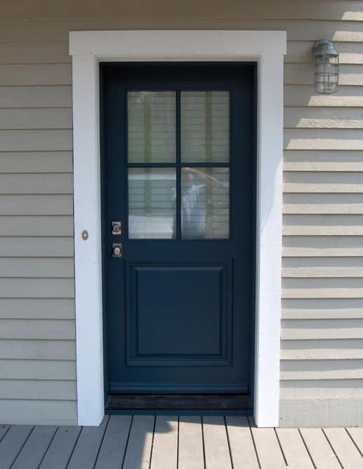 Porte extérieure en acajou sapele avec sur-mouluration et 4 carreaux de SDL