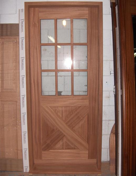 Porte extérieure en acajou sapele à quatre panneaux ravalés standard et un thermos à neuf carreaux