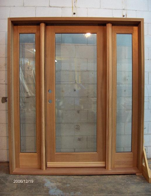 Porte extérieure en Cèdre de l'Ouest avec seuil en acajou et un thermos