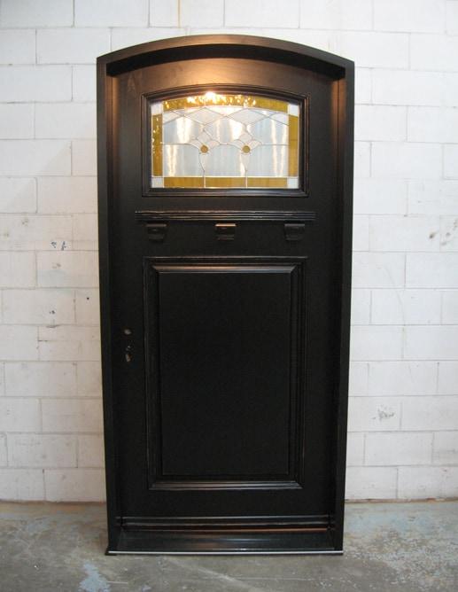 Porte extérieure en eucalyptus avec seuil de granit noir et un panneau ravalé standard