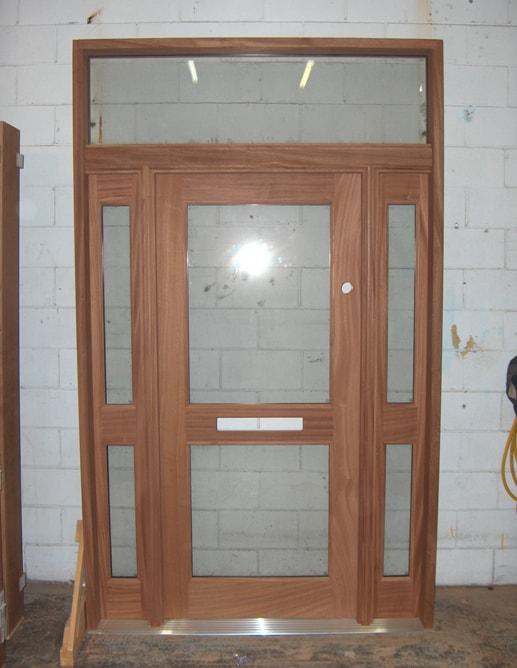 Porte extérieure en acajou avec imposte et 2 latéraux