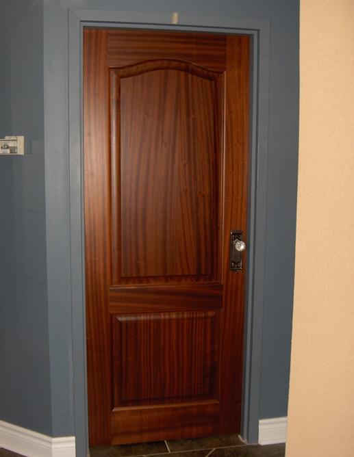 Porte intérieure avec 2 panneaux ravalés standard et mouluration standard