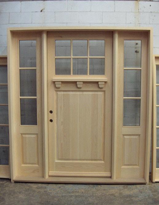 Porte extérieure en Pin Clair avec seuil en chêne blanc. Imposte et 2 latéraux