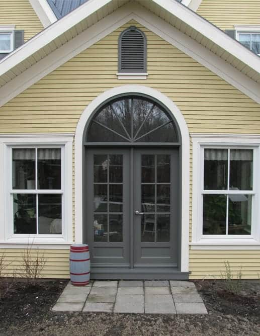 Porte extérieure en pin clair et imposte