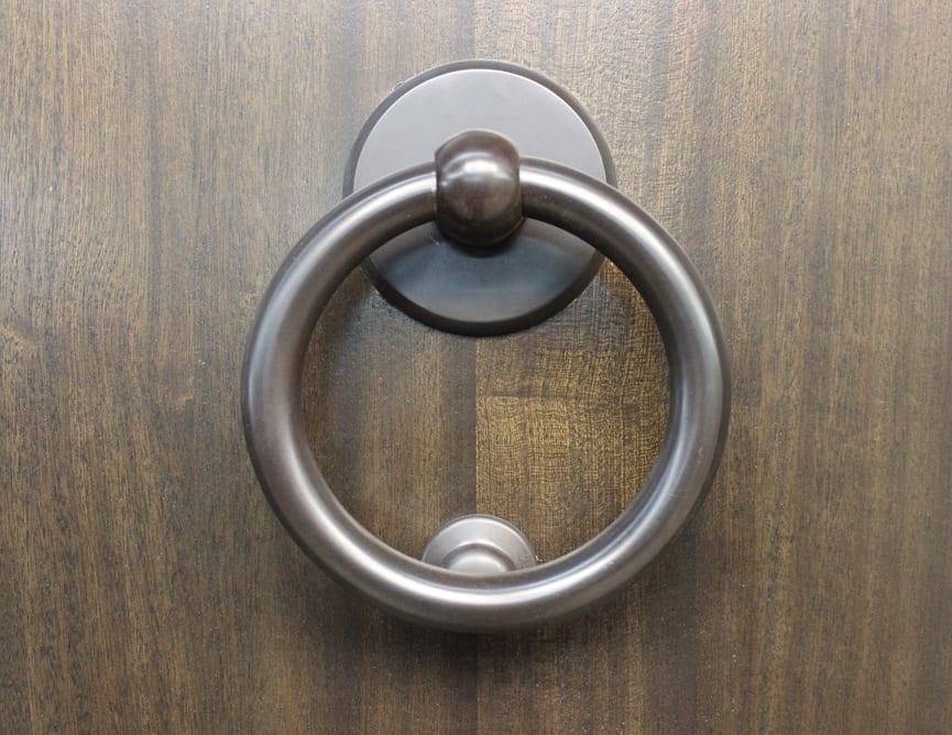 Porte Prémontée Simple avec 2 Latéraux en Acajou Sapele. Poignée à clenche mortaise modèle Belvedere de Métal Style Bouvet