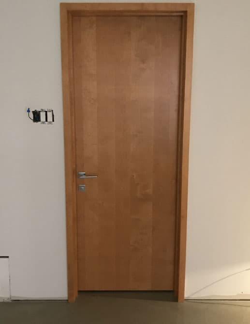 Porte intérieure en merisier blanc tranché avec grain vertical et cadre sandwich