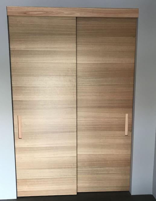 Porte coulissante en Eucalyptus