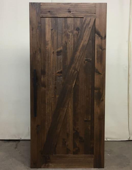 Porte de bois extérieure en pin noueux type shaker avec 2 panneaux plats et 1 planche diagonale