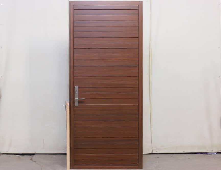 Porte extérieure en acajou sapele effet planches