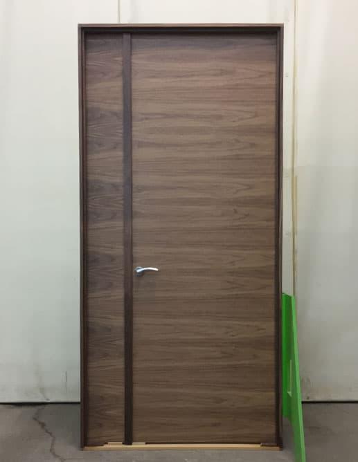 Porte Intérieure Simple avec 1 Latéral, plaqué en Noyer Noir Tranché. Poignée à Mortaise Magnétique Olly de Colombo Design