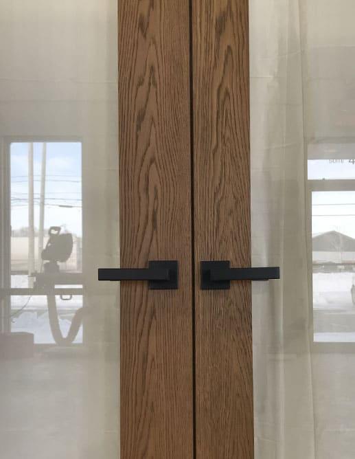 Portes Prémontée Jumelle Intérieure en Chêne Blanc Grain Régulier. Poignée à Mortaise Magnétique Ellesse fini Noir Colombo Design