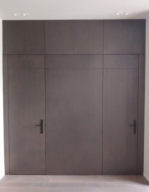 Portes Intérieures avec habillage mural chêne blanc rift cut et poignée levier helios avec rosette stretto modern rectangular noires emtek