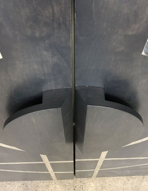 Porte de Bois Unie sur Pivots Décentrés en Merisier avec Insertions Métalliques. Poignée de Bois Sur-Mesure
