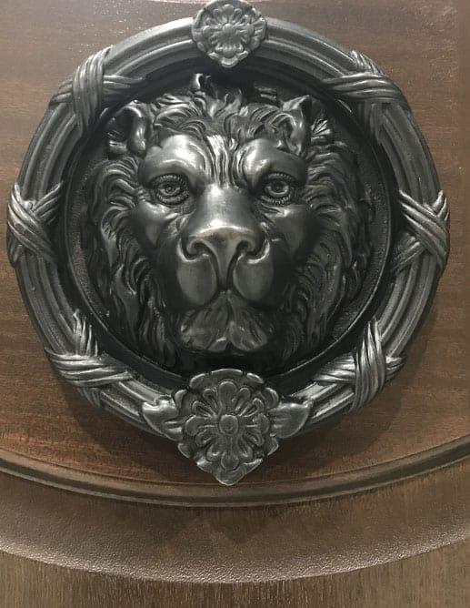 Porte Extérieur Acajou Sapele Tête Demi-Lune Poignée Ashley Norton et Heurtoir Large Lion Ashley Norton