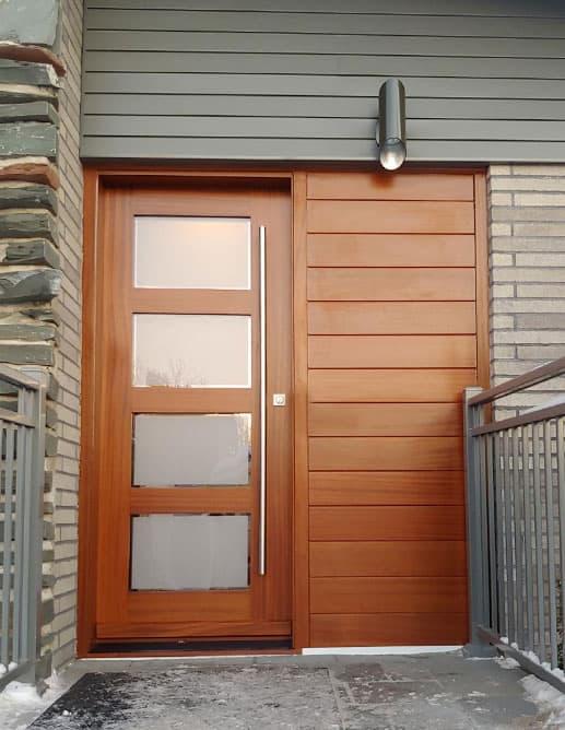 Porte extérieur simple avec un habillage mural de planches embouvetées sur le latéral. Modèle à 4 thermos avec centre sandblast blanc et contour clair. Poignée à tirer dos à dos de 60 ''.