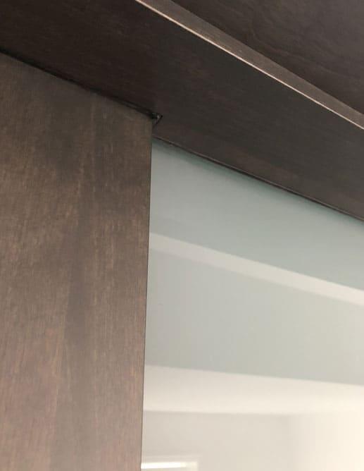 Porte intérieure unie plaqué merisier quartier appareillage effet planches grain à la verticale. Colombo Poignée levier Electra à mortaise magnétique fini noir mat