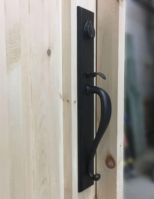 Porte Extérieure Pin Noueux Thermos Clair Panneau Ravalé à Angle avec V-joints simulés. Poignée à Clenche Rectangulaire Emtek