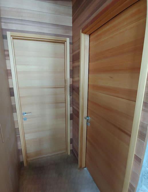 Porte Intérieure plaqué en Cèdre Rouge de l'Ouest scié sur quartier. Poignée à Mortaise Magnétique Dea Colombo Design