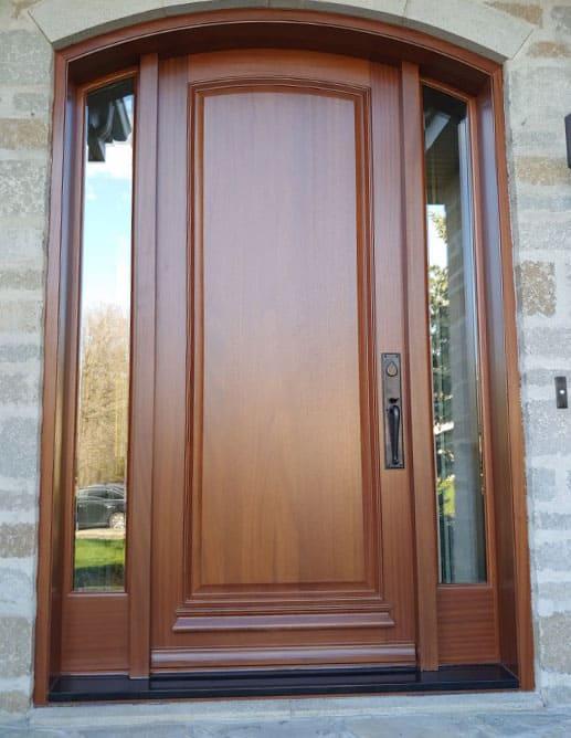 Porte Extérieur prémontée simple à tête arquée en Acajou Sapele. Poignée à Clenche Mortaise Ashley Norton