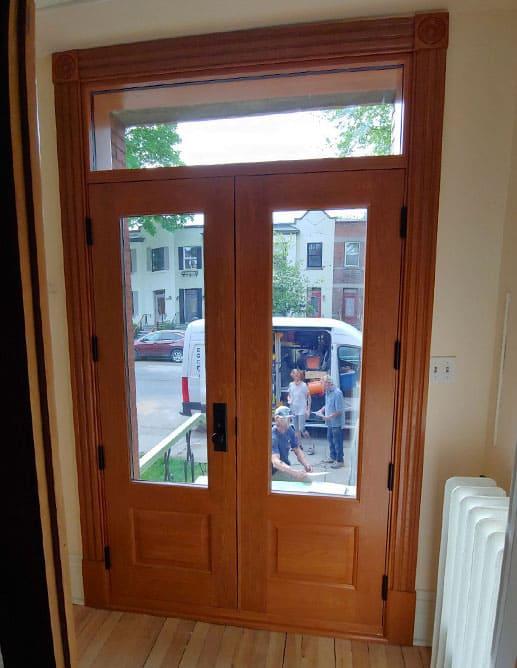 Porte Extérieur Double avec Imposte Chêne Blanc Grain Régulier. Poignée Métal Style Bouvet Knob.