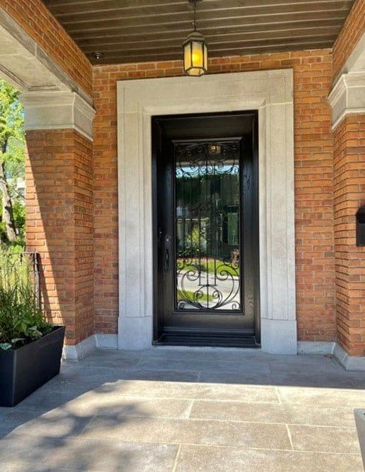 Porte Extérieur en Chêne Blanc Grain Régulier. Prémontée Simple avec un thermos pleine grandeur et grille de fer forgé décorative. Poignée à clenche mortaise Ashley Norton