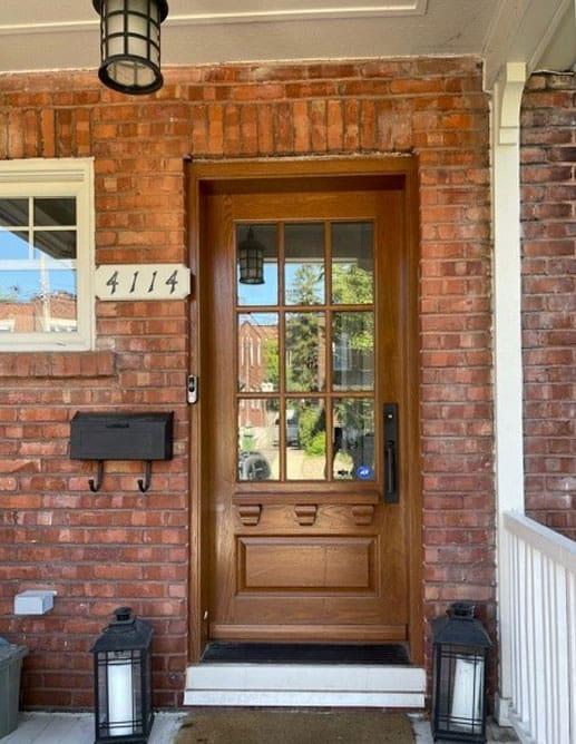 Porte extérieure en chêne blanc avec tablette Oscar et 1 panneau ravalé standard. Poignée à clenche the miami