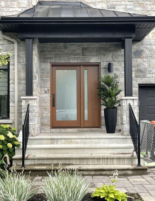 Porte Extérieur Prémontée Simple avec un latéral en Acajou Sapele. Thermos Acide Blanc Trempé. Poignée à clenche Mortaise modèle GS300